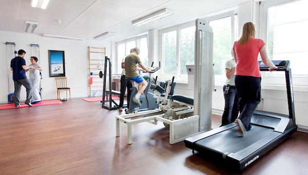 Clinique générale de Fribourg 2008-2011 - Salle de physiothérapie. (Denis Emery / www.photo-genic.ch) infirmier physio salle de sport ITS CGF